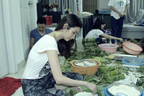 Trúc Diễm, Minh Béo gói bánh chưng, bánh tét tặng người nghèo ảnh 11