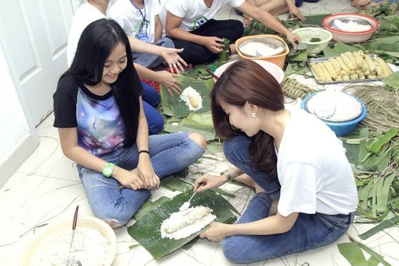 Trúc Diễm, Minh Béo gói bánh chưng, bánh tét tặng người nghèo ảnh 10
