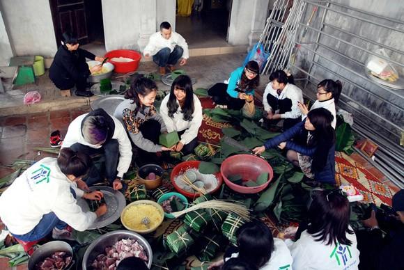 Trúc Diễm, Minh Béo gói bánh chưng, bánh tét tặng người nghèo ảnh 2
