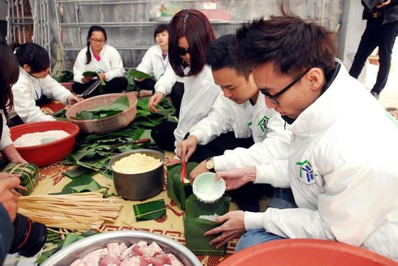 Trúc Diễm, Minh Béo gói bánh chưng, bánh tét tặng người nghèo ảnh 13