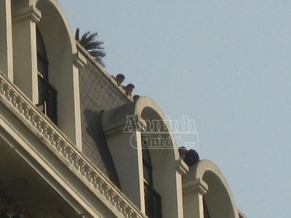 Thua lỗ, túng quẫn leo lên nóc toà nhà Pacific doạ tự tử ảnh 1