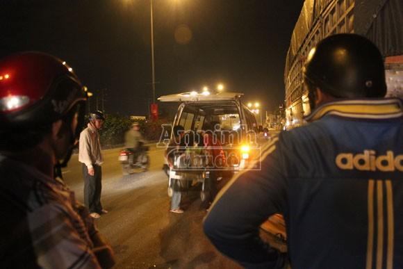 Tông vào đuôi xe tải đỗ bên đường, một thanh niên tử vong ảnh 2