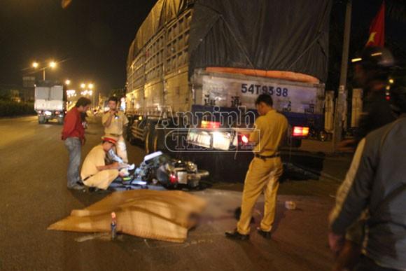 Tông vào đuôi xe tải đỗ bên đường, một thanh niên tử vong ảnh 1