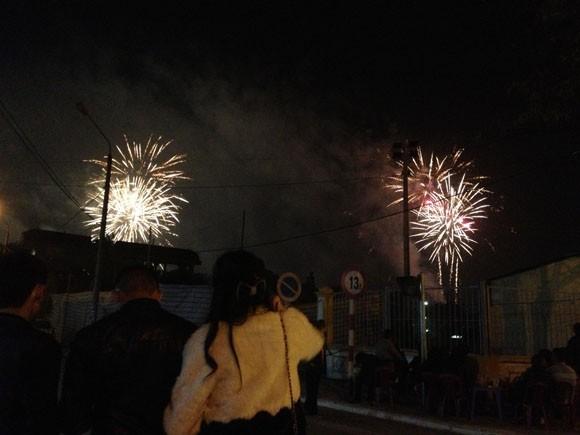 Rộn ràng niềm vui trong ánh sáng rực rỡ của pháo hoa đêm giao thừa ảnh 29