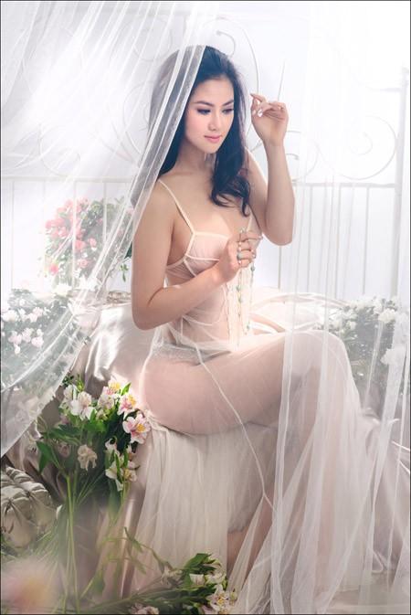 Hoa hậu Tristine Trâm Bùi mặc nội y khoe thân hình nóng bỏng ảnh 1