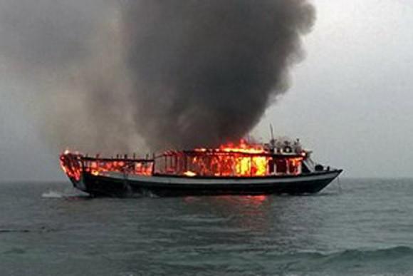 Cứu 8 người trên tàu du lịch bốc cháy dữ dội ở vịnh Hạ Long ảnh 1