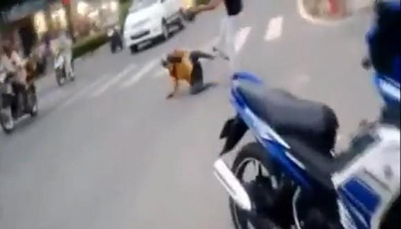 Phẫn nộ cảnh chồng đánh vợ ngất xỉu giữa đường ảnh 1