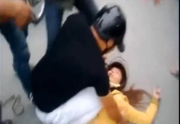 Phẫn nộ cảnh chồng đánh vợ ngất xỉu giữa đường ảnh 2
