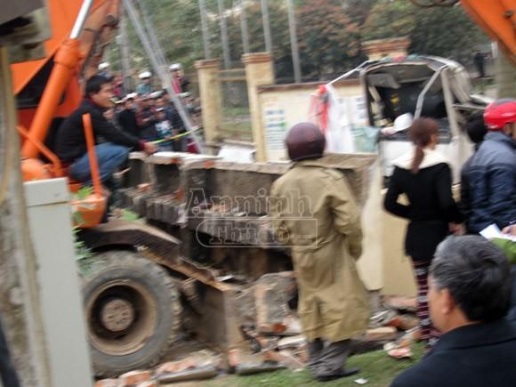 Xe cẩu kéo đổ cổng nhà văn hoá, đè chết 3 người ảnh 3