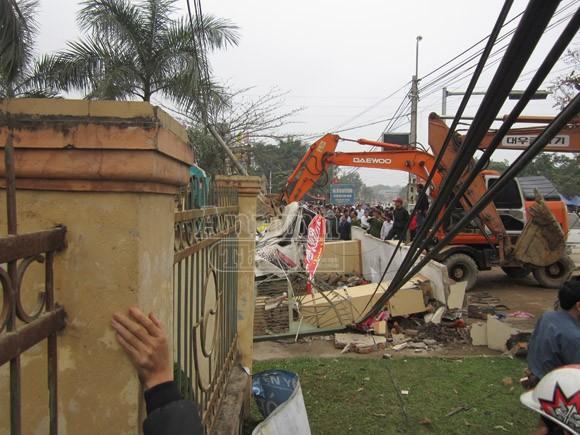 Xe cẩu kéo đổ cổng nhà văn hoá, đè chết 3 người ảnh 1