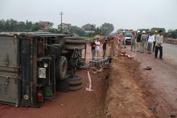Xe tải lao thẳng vào xe máy, chồng chết vợ nguy kịch ảnh 1