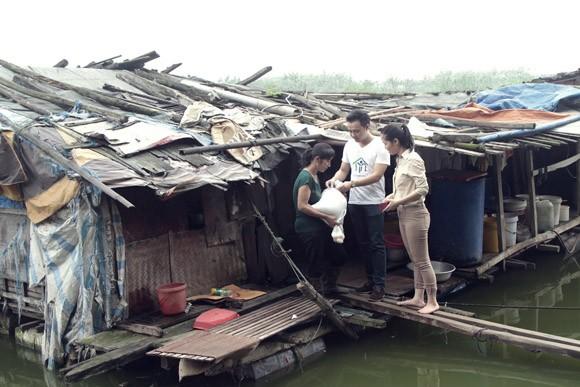 Túi gạo nghĩa tình ấm lòng xóm vạn chài trên sông ảnh 3