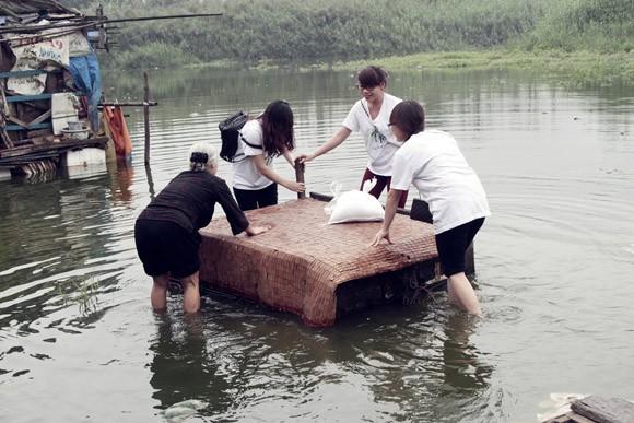 Túi gạo nghĩa tình ấm lòng xóm vạn chài trên sông ảnh 5