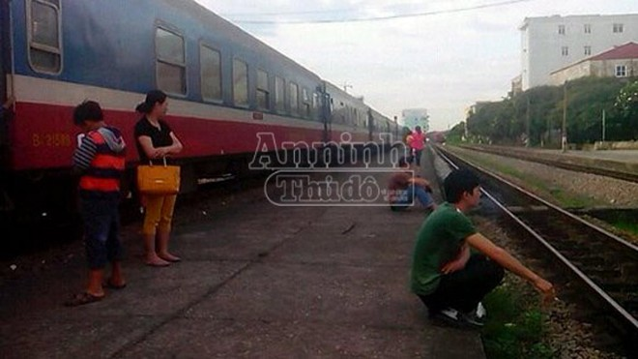 """Ô tô tải lật ngang đường ray, gần nghìn hành khách """"nóng ruột"""" chờ tàu ảnh 1"""