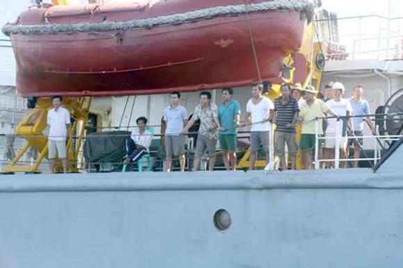 Tàu Trung Quốc dã man, bỏ mặc ngư dân Việt Nam sống chết giữa biển ảnh 2
