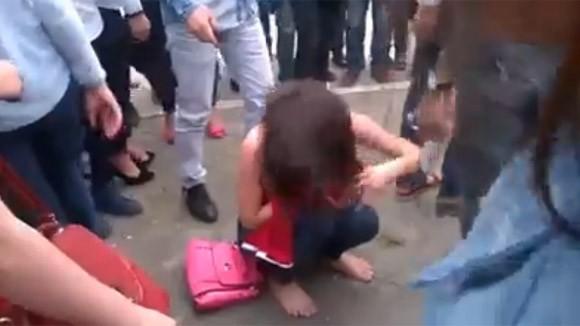 Thêm một nữ sinh bị nhóm bạn đánh đập dã man, lột đồ giữa phố ảnh 13