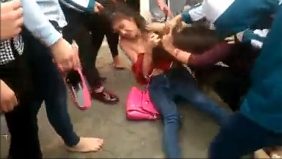 Thêm một nữ sinh bị nhóm bạn đánh đập dã man, lột đồ giữa phố ảnh 12