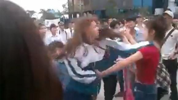 Thêm một nữ sinh bị nhóm bạn đánh đập dã man, lột đồ giữa phố ảnh 3