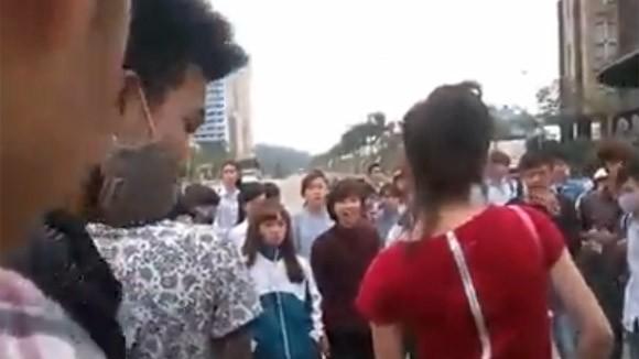 Thêm một nữ sinh bị nhóm bạn đánh đập dã man, lột đồ giữa phố ảnh 1