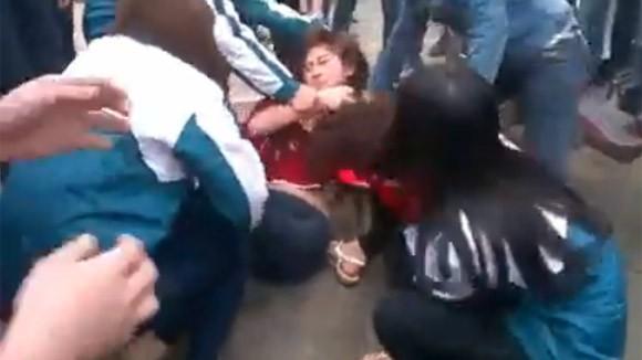 Thêm một nữ sinh bị nhóm bạn đánh đập dã man, lột đồ giữa phố ảnh 5
