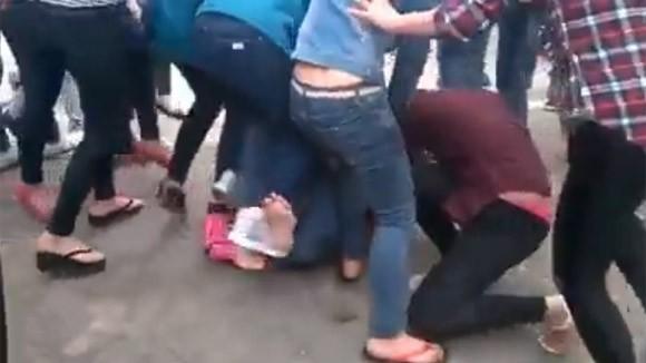 Thêm một nữ sinh bị nhóm bạn đánh đập dã man, lột đồ giữa phố ảnh 6