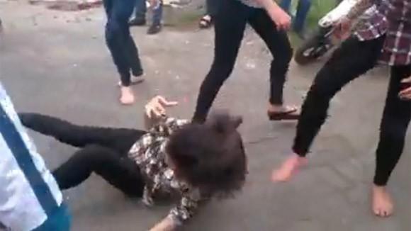 Thêm một nữ sinh bị nhóm bạn đánh đập dã man, lột đồ giữa phố ảnh 10