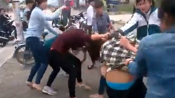 Thêm một nữ sinh bị nhóm bạn đánh đập dã man, lột đồ giữa phố ảnh 9