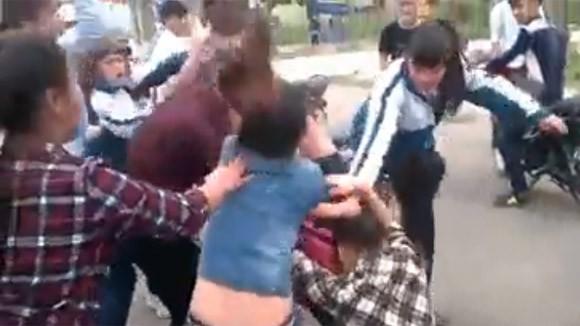 Thêm một nữ sinh bị nhóm bạn đánh đập dã man, lột đồ giữa phố ảnh 8