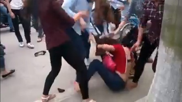 Thêm một nữ sinh bị nhóm bạn đánh đập dã man, lột đồ giữa phố ảnh 11