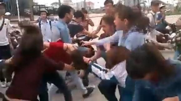 Thêm một nữ sinh bị nhóm bạn đánh đập dã man, lột đồ giữa phố ảnh 4