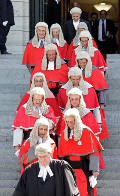 Lịch sử thú vị về bộ tóc giả của các quan tòa Anh quốc ảnh 3