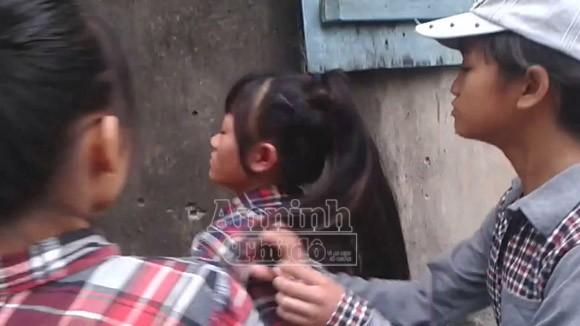 Hà Nội: Thêm một nữ sinh bị đánh hội đồng, trong khi các bạn hò reo cổ vũ ảnh 5