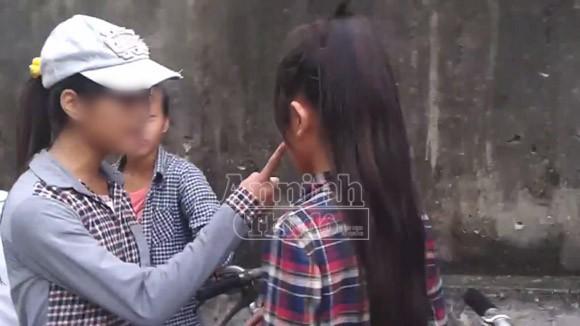 Hà Nội: Thêm một nữ sinh bị đánh hội đồng, trong khi các bạn hò reo cổ vũ ảnh 2