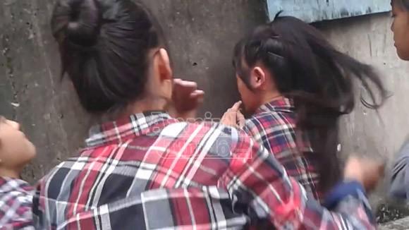 Hà Nội: Thêm một nữ sinh bị đánh hội đồng, trong khi các bạn hò reo cổ vũ ảnh 4