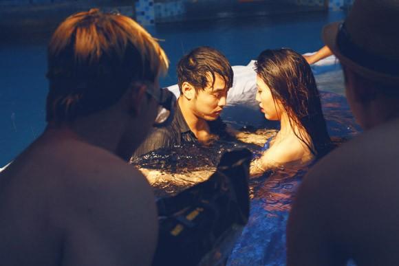 """Ưng Hoàng Phúc """"bỏ rơi"""" Kim Cương, tình tứ cùng Trang Pháp bên hồ bơi ảnh 19"""