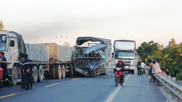 Xe tải đâm đuôi xe đầu kéo, phụ xe tử vong, tài xế nguy kịch ảnh 1