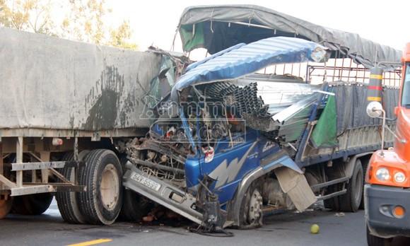 Xe tải đâm đuôi xe đầu kéo, phụ xe tử vong, tài xế nguy kịch ảnh 3