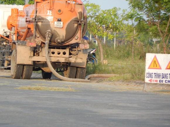 Xe của công ty môi trường xả bùn thải vào...công viên ảnh 1