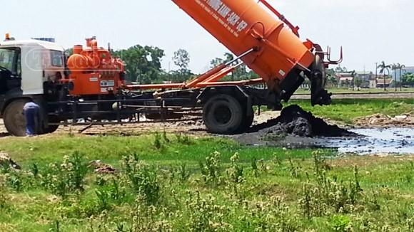 Xe của công ty môi trường xả bùn thải vào...công viên ảnh 2