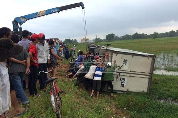 Xe tải lao thẳng vào xe máy, kéo lê xuống ruộng làm 3 người thương vong ảnh 2