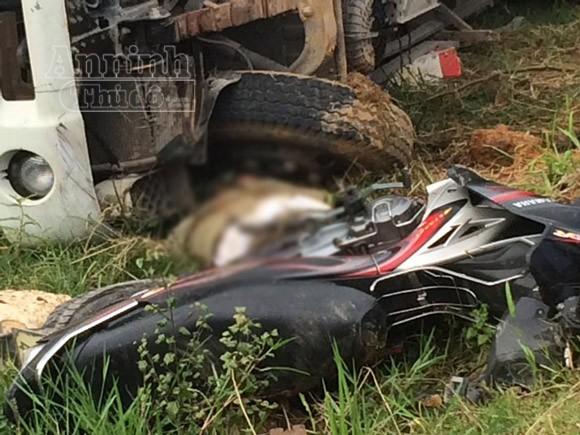 Xe tải lao thẳng vào xe máy, kéo lê xuống ruộng làm 3 người thương vong ảnh 1