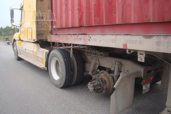 Đang chạy, xe container bất ngờ bị văng bánh khiến hai mẹ con chết thảm ảnh 2