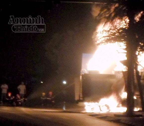 Xe bồn chở xăng cháy rụi khi đang bơm tại cây xăng ảnh 1