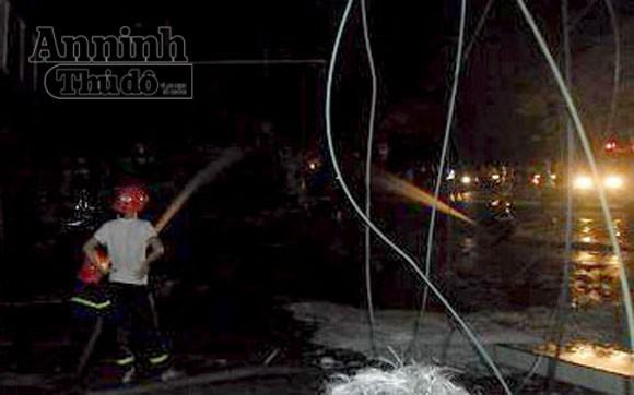 Xe bồn chở xăng cháy rụi khi đang bơm tại cây xăng ảnh 2