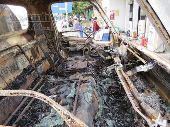 Xe bồn chở xăng cháy rụi khi đang bơm tại cây xăng ảnh 4