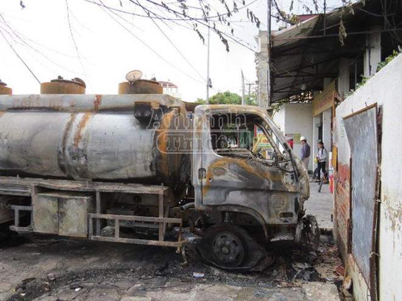 Xe bồn chở xăng cháy rụi khi đang bơm tại cây xăng ảnh 3