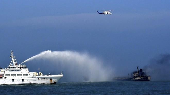 Hai tàu đâm nhau ngoài khơi thành phố Thượng Hải, 14 người mất tích ảnh 1