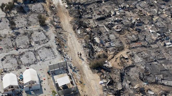 Cháy trại tị nạn ở Hy Lạp: Nỗi lo bùng phát đại dịch Covid 19 trong 13.000 người ảnh 12