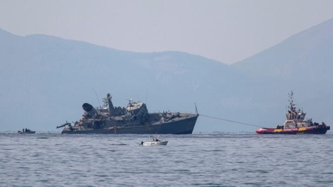 Tàu dò mìn của Hải quân Hy Lạp vỡ làm đôi sau vụ va chạm tàu chở hàng ảnh 2