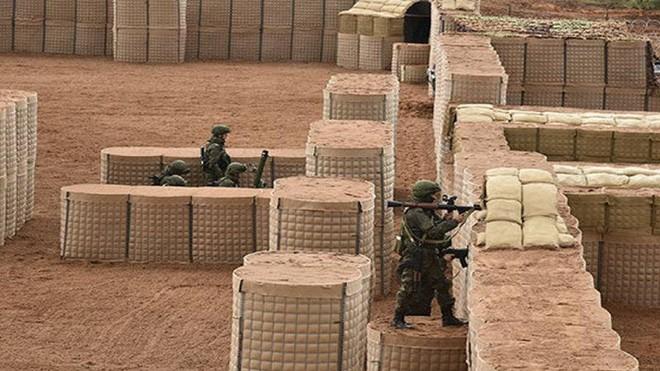 Lực lượng giữ gìn hòa bình Nga xây dựng hệ thống công sự ở Karabakh ảnh 1